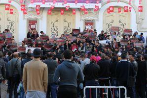 منظمة أنا يقظ تنفذ وقفة إحتجاجية بالعاصمة لمطالبة الحكومة بالتسريع في كشف ملفات الفساد